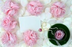 Rosas y joyería románticas para el día de madres Foto de archivo libre de regalías