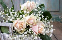 Rosas y paniculata rosados hermosos del gypsophila (Bebé-respiración Imagen de archivo libre de regalías