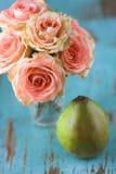 Rosas y pera Fotografía de archivo