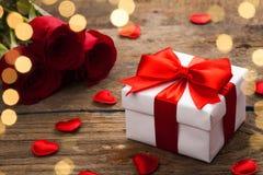 Rosas y rectángulo de regalo rojos fotos de archivo libres de regalías