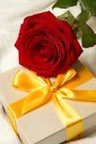 Rosas y rectángulo de regalo rojos Fotografía de archivo libre de regalías