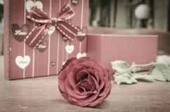 Rosas y regalos en el día de tarjeta del día de San Valentín. Foto de archivo libre de regalías