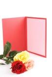 Rosas y tarjeta de felicitación Foto de archivo libre de regalías
