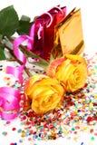 Rosas y un bobinador de cintas en modo continuo foto de archivo