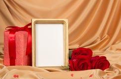 Rosas y un marco en el paño Fotografía de archivo