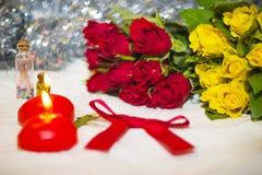 Rosas y vela Fotografía de archivo