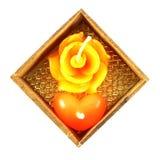 Rosas y vela en forma de corazón foto de archivo libre de regalías