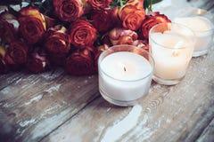 Rosas y velas Foto de archivo libre de regalías