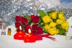 Rosas y velas de primer Imagen de archivo