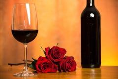 Rosas y vino Imágenes de archivo libres de regalías