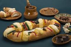 Rosca de Reyes над зеленой предпосылкой стоковое изображение