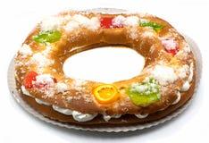Roscon de Reyes, sobremesa espanhola típica do esmagamento, isolada no fundo branco imagens de stock royalty free