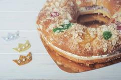 Roscon de Reyes, Spanisch drei Könige backen zusammen lizenzfreies stockbild