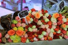 Rose ad un mercato del fiore Immagini Stock Libere da Diritti
