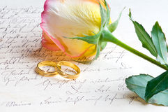 Rose, anillos sobre carta manuscrita foto de archivo
