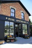 Rose Apothecary som ett uppdiktat lager presenterade i TV-serie för liten vik för Schitt ` s royaltyfri foto