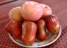 Rose Apple et Apple d'un plat de fruit Images libres de droits