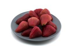 Rose Apples på den isolerade maträtten Royaltyfria Bilder