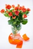 Rose arancio in vaso Fotografie Stock Libere da Diritti