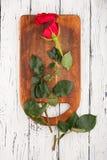 Rose auf den Brettern Stockfoto