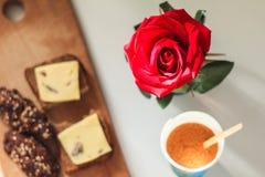 Rose auf einem unscharfen Hintergrund des Frühstücks stockbild