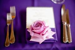 Rose auf einer Tabelle an einem fantastischen Abendessen Stockbild