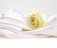 Rose auf weißer Seide Lizenzfreies Stockfoto