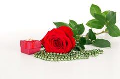 Rose avec des boucles de mariage Image libre de droits