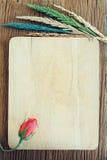 Rose avec la fleur sur le bois, fond de valentine Photos libres de droits