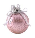 Rose avec la sphère argentée pour l'arbre de Noël Photographie stock libre de droits