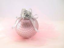 Rose avec la sphère argentée pour l'arbre de Noël Images stock