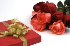 Rose avec le cadre de cadeau image stock