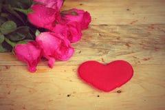 Rose avec les coeurs rouges pour la Saint-Valentin Image stock