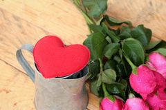 Rose avec les coeurs rouges pour la Saint-Valentin Images libres de droits