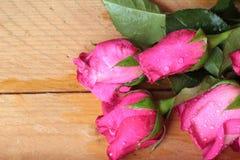Rose avec les coeurs rouges pour la Saint-Valentin Photo libre de droits