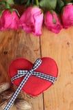 Rose avec les coeurs rouges pour la Saint-Valentin Photographie stock libre de droits