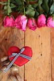 Rose avec les coeurs rouges pour la Saint-Valentin Photos stock