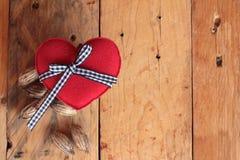 Rose avec les coeurs rouges pour la Saint-Valentin Image libre de droits