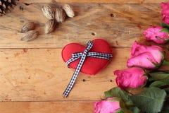 Rose avec les coeurs rouges pour la Saint-Valentin Images stock