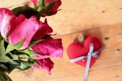 Rose avec les coeurs rouges pour la Saint-Valentin Photographie stock