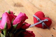Rose avec les coeurs rouges pour la Saint-Valentin Photo stock