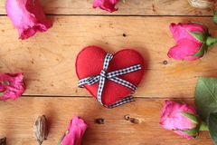 Rose avec les coeurs rouges pour la Saint-Valentin Photos libres de droits