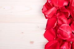 Rose avec les pétales rouges avec des coeurs pour la Saint-Valentin sur le verrat Photographie stock libre de droits
