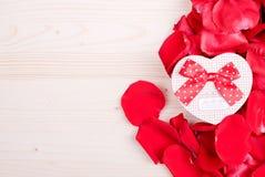 Rose avec les pétales rouges avec des coeurs pour la Saint-Valentin sur le verrat Images libres de droits