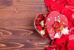 Rose avec les pétales rouges avec des coeurs pour la Saint-Valentin sur le verrat Photo libre de droits