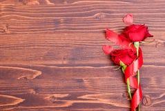 Rose avec les pétales rouges avec des coeurs pour la Saint-Valentin sur le verrat Images stock