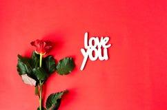 Rose avec une inscription en bois vous aiment photographie stock libre de droits