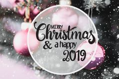 Rose Balls obscura, Feliz Natal da caligrafia e 2019 feliz, flocos de neve foto de stock
