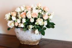 Rose bianche e dentellare Immagini Stock