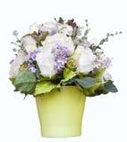 Rose bianche ed accessori del fiore decorati nel isolat verde della brocca Fotografia Stock